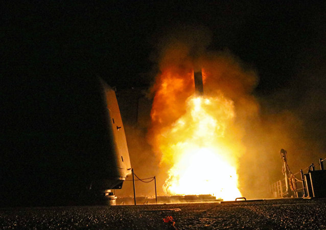 Míssil Tomahawk sendo lançado pelo cruzador de mísseis guiados USS Monterey pela Marinha dos EUA, 14 de abril de 2018