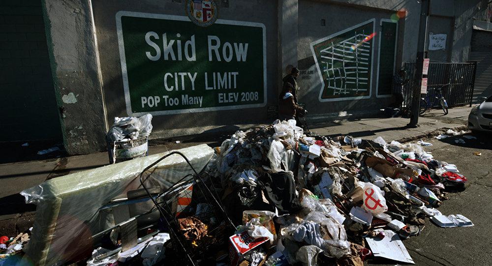 Lixo ao lado do mural Skid Row City Limit no início da contagem anual de sem-teto em Los Angeles, Califórnia, 26 de janeiro de 2018