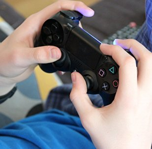 Pessoa jogando segurando um joystick de video game.
