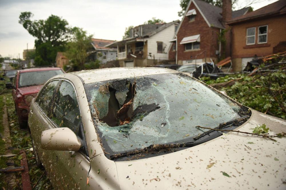 Carro é fotografado após passagem de tornado por uma das ruas de Jefferson City, capital do estado norte-americano de Missouri