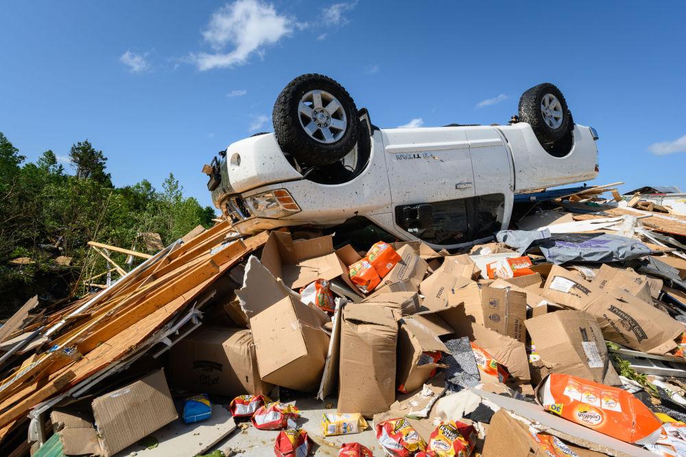 Caminhonete é encontrada de cabeça para baixo e em cima de escombros depois da passagem de tornado em Jefferson City, capital do estado norte-americano de Missouri