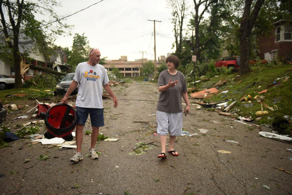 Norte-americanos passeiam por Jefferson City, cidade devastada por tornado