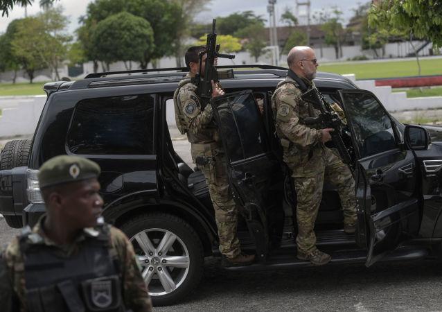 Oficiais da Polícia Federal escoltam carro do candidato Jair Bolsonaro (PSL-RJ) durante segundo turno das eleições presidenciais brasileiras, Rio de Janeiro, 28 de outubro de 2018