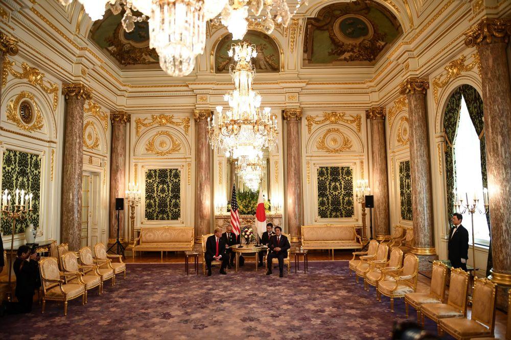 Donald Trump e Shinzo Abe em reunião bilateral no Palácio Akasaka em Tóquio