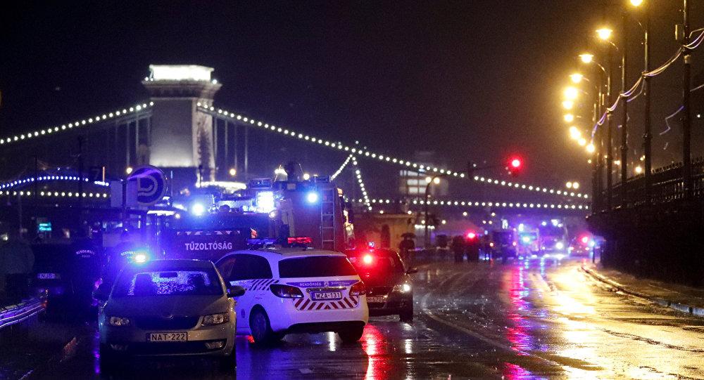 Veículos da polícia e do Corpo dos Bombeiros são vistos próximo ao rio Danúbio depois que de um barco turístico virar em Budapeste, Hungria.