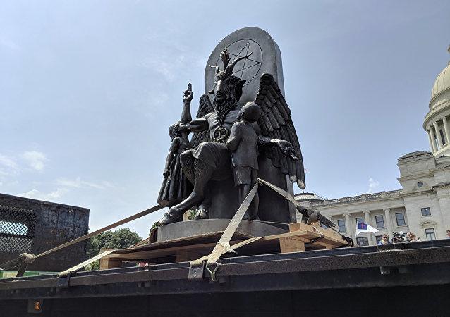 O Templo Satânico apresenta ao público sua estátua de Baphomet durante manifestação em defesa da Primeira Emenda em Little Rock, Arkansas.