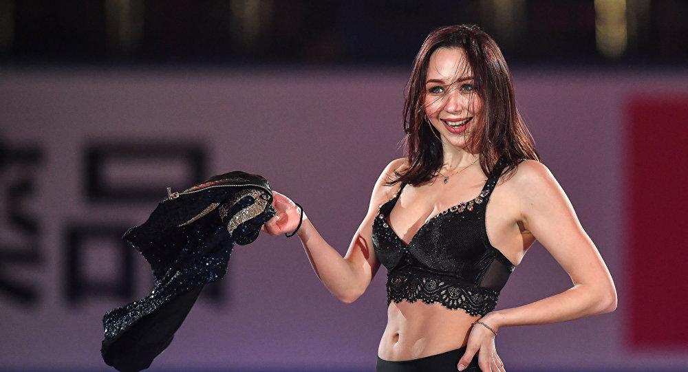 Elizaveta Tuktamysheva (Rússia) se apresenta durante Campeonato Mundial de Patinação Artística em Fukuoka, Japão