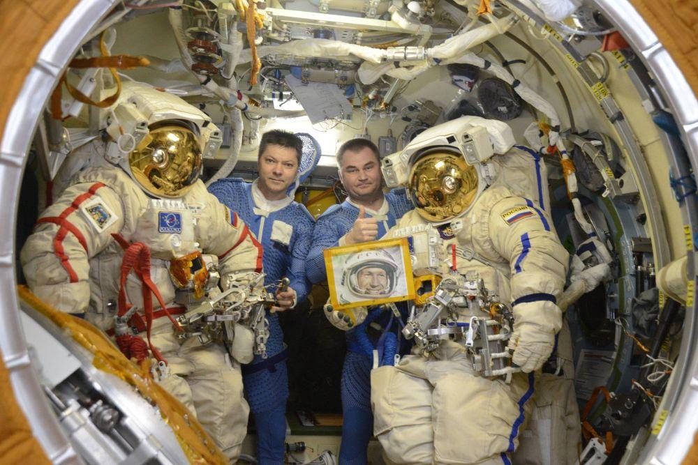 Cosmonautas russos Oleg Kononenko e Aleksei Obchinin se preparando para deixar a EEI e sair ao espaço