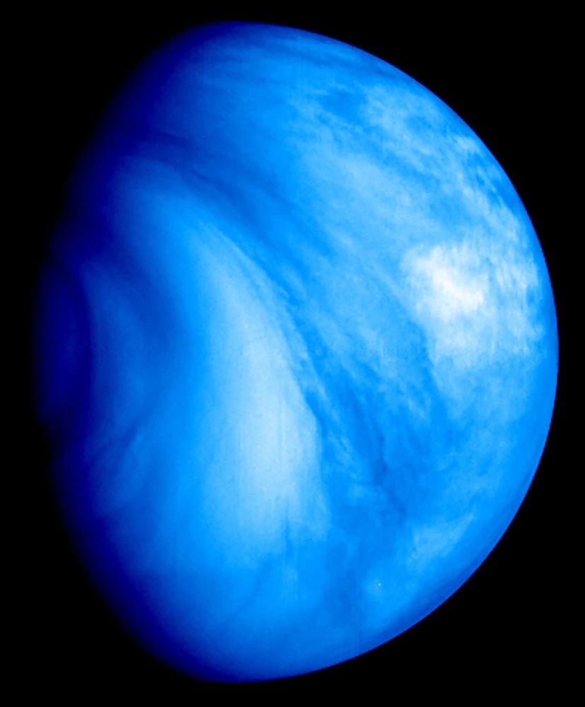 Vênus – o segundo planeta do Sistema Solar – é coberto por uma camada opaca de nuvens de ácido sulfúrico altamente reflexivas, impedindo que a sua superfície seja vista do espaço