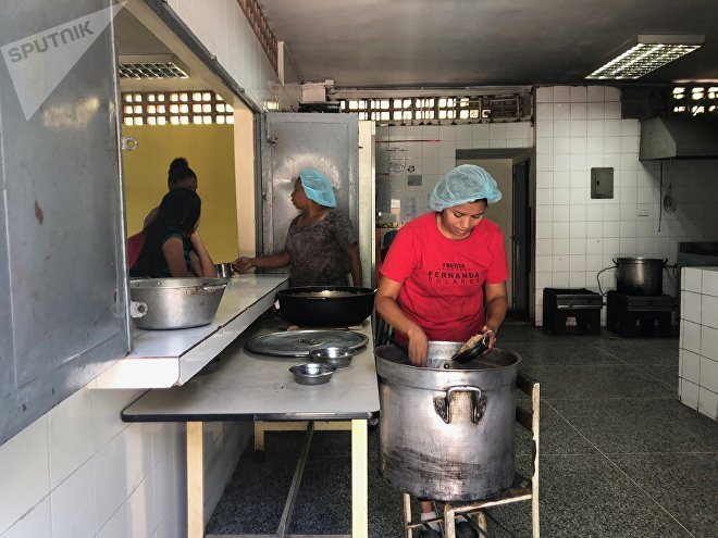 Na equipe das Cozinheiras da Pátria do Colégio Peru de Lacroix há nove pessoas que trabalham de sol a sol para alimentar os estudantes