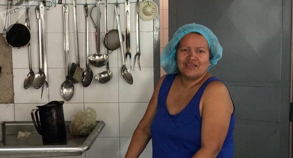 Lilibet disse que no Colégio Peru de Lacroix não havia água no dia em que estava falando com Sputnik, mas ela ainda carrega enormes baldes para poder fazer seu trabalho como cozinheira do país