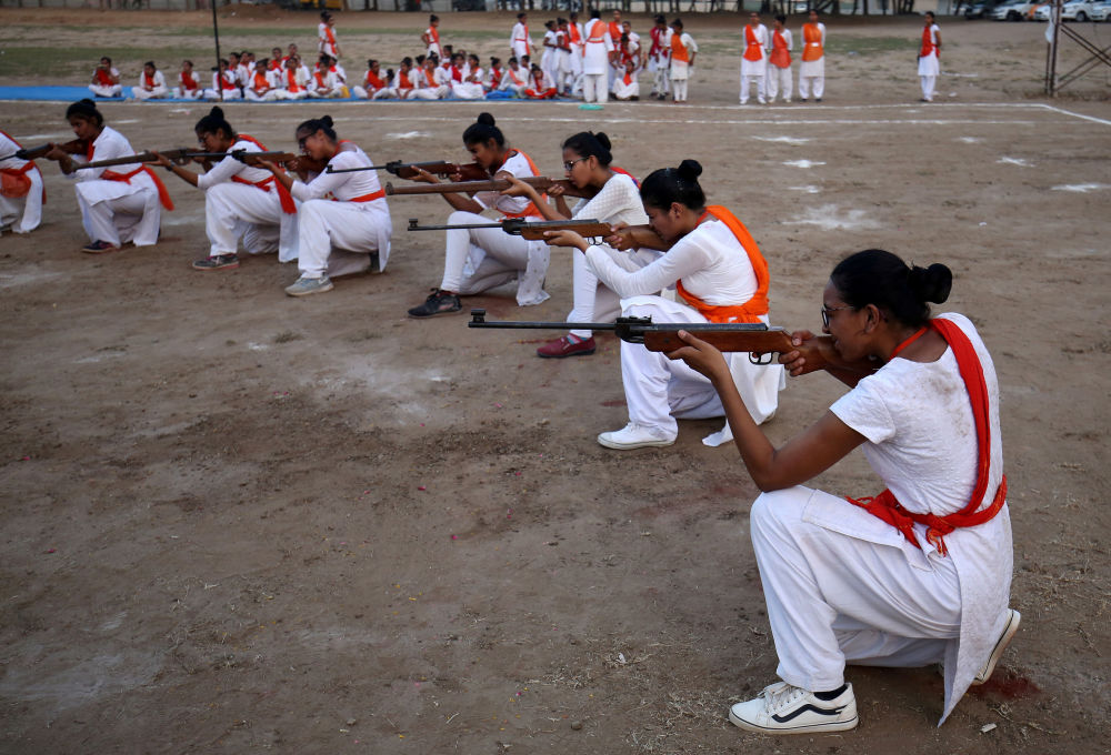 Participantes de movimento nacional hindu Durga Vahini mostram habilidades de autodefesa nos arredores da cidade indiana de Ahmedabad