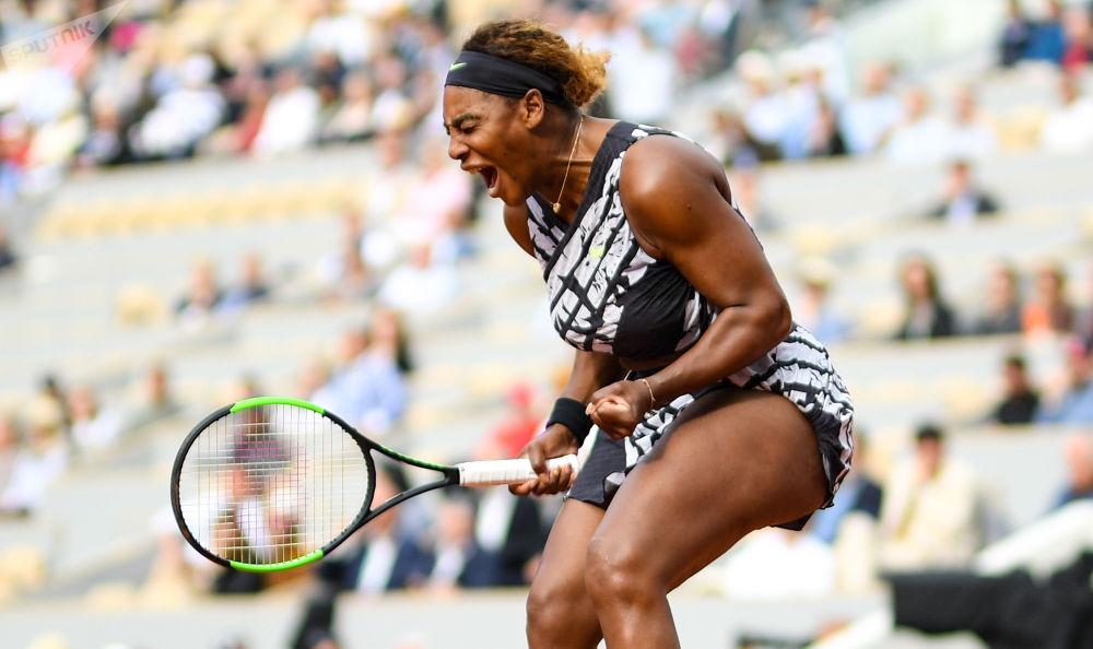 Tenista americana Serena Williams toma parte do Torneio de Roland Garros (França) jogando contra a esportista russa Vitaliya Diyachenko