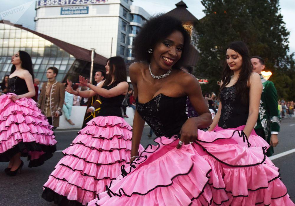 Jovens bailam na festa dedicada à abertura oficial da temporada de praia na cidade russa de Sochi