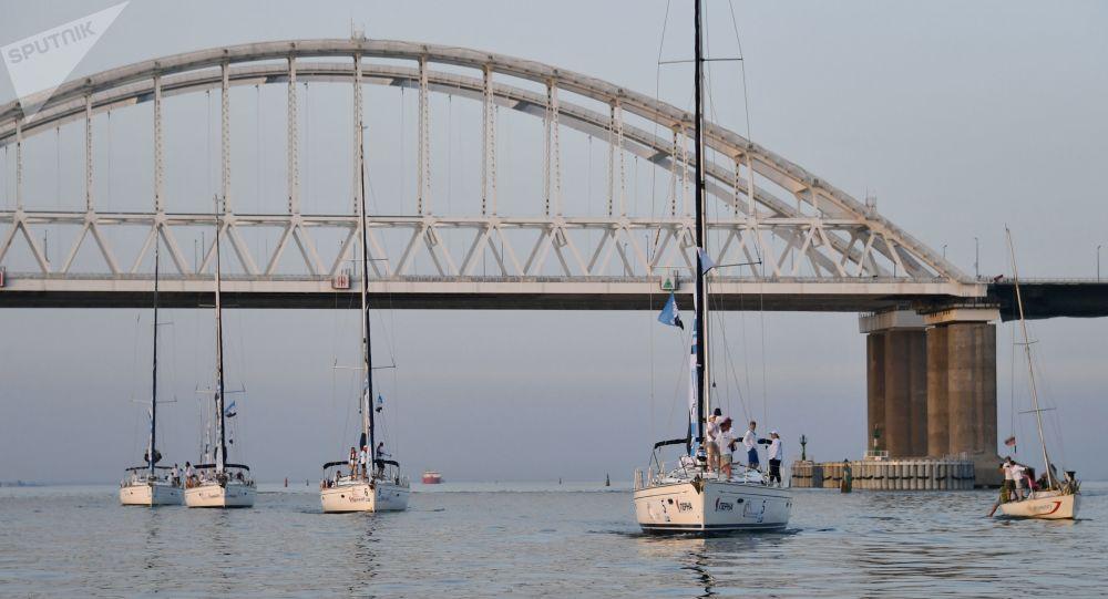 Iates de participantes da regata no estreito de Kerch, entre a península da Crimeia e a Rússia continental