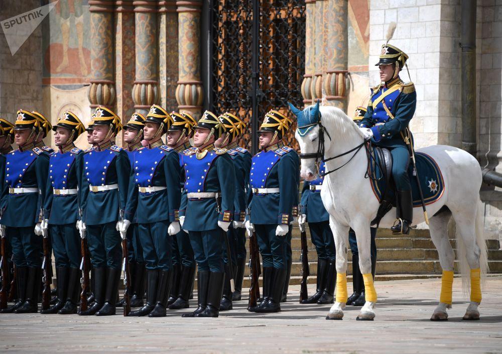 Revista da Guarda de Honra do Regimento Presidencial da Rússia na Praça das Catedrais no Kremlin