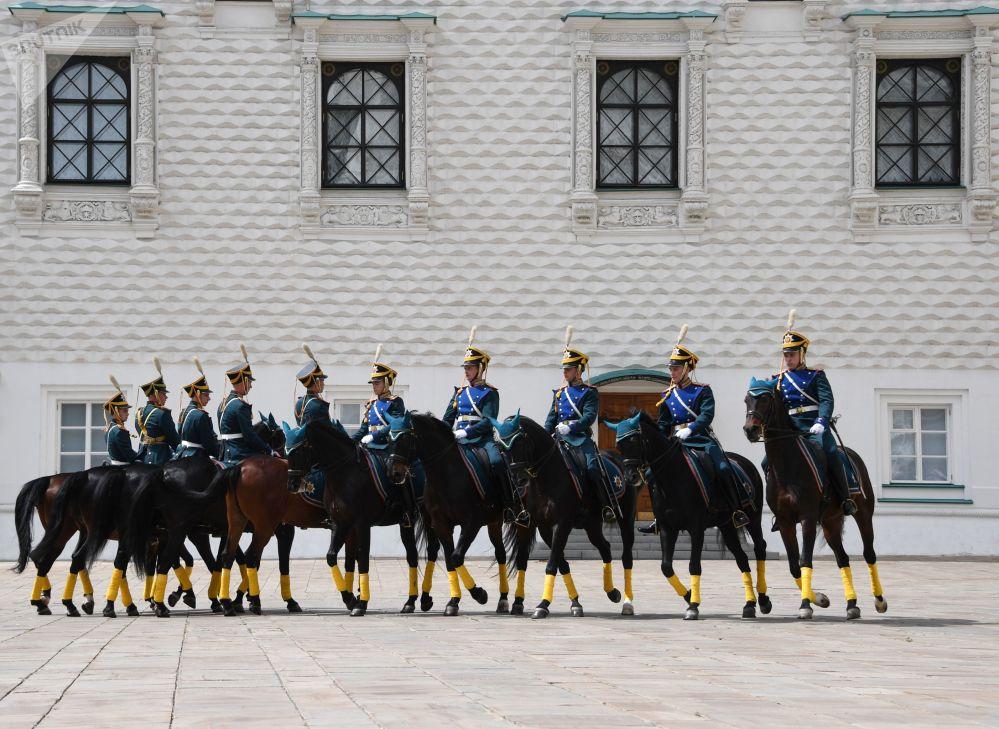Cavaleiros da Guarda de Honra do Regimento Presidencial da Rússia demonstraram elementos do carrossel a cavalo na Praça das Catedrais no Kremlin