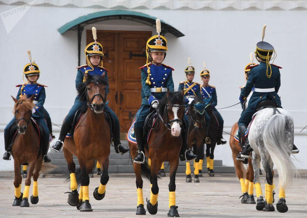 Jovens cavaleiros demonstram elementos de equitação na Praça das Catedrais no Kremlin