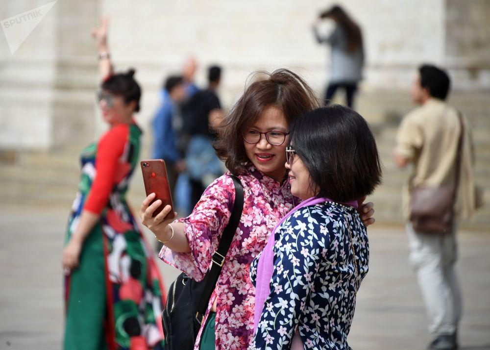 Espectadores na Cerimônia de Rendição da Guarda de Honra do Regimento Presidencial da Rússia tiram selfie na Praça das Catedrais no Kremlin