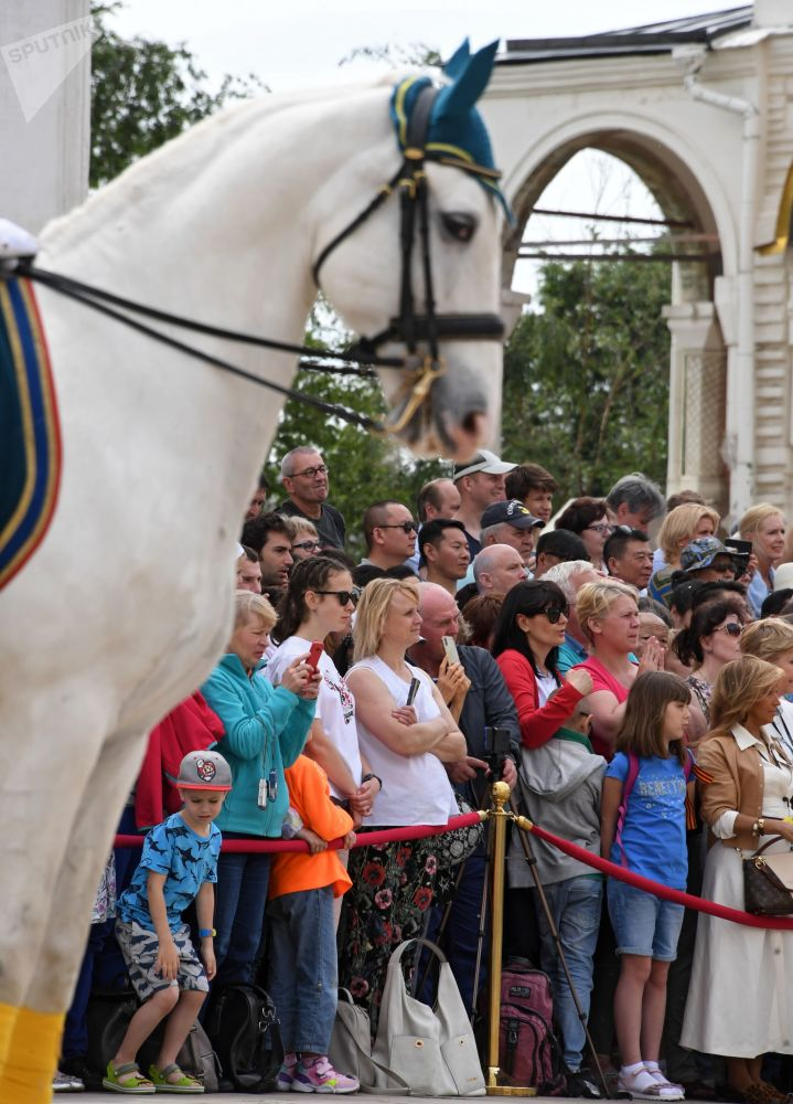 Espectadores na Cerimônia de Rendição da Guarda de Honra do Regimento Presidencial da Rússia tiram fotos durante a cerimônia na Praça das Catedrais no Kremlin