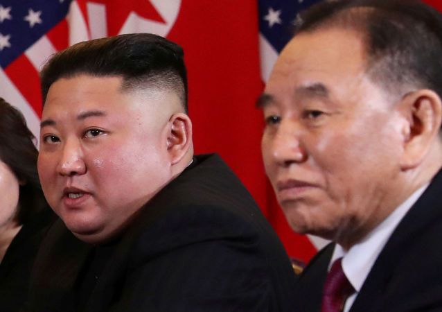 Kim Jong-un, líder norte-coreano com Kim Yong-chol, assistente próximo dele