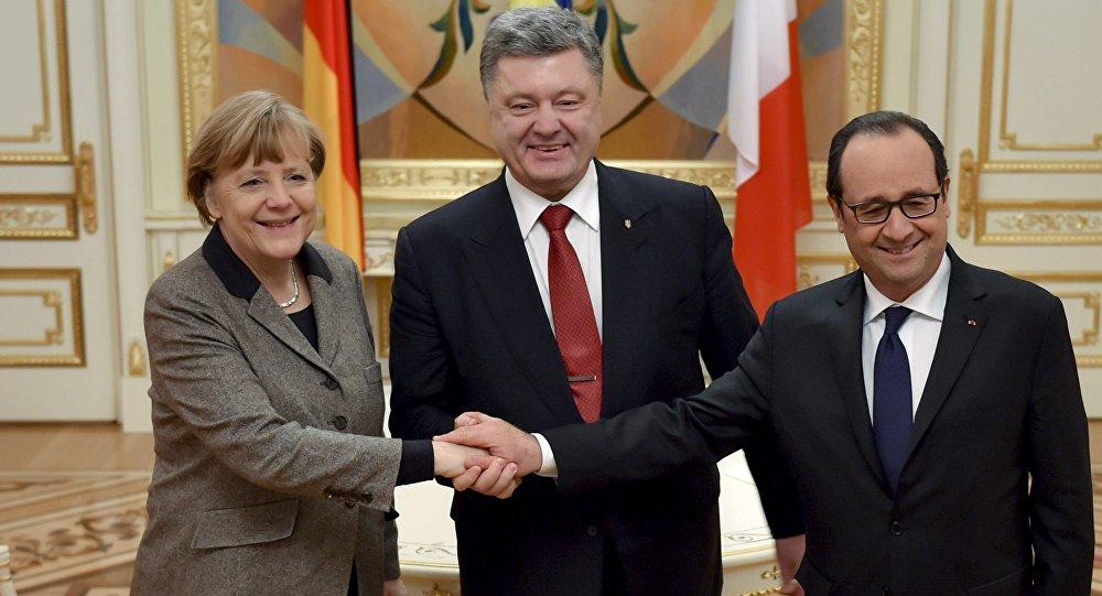 O presidente da Ucrânia, Pyotr Poroshenko (C) cumprimenta a chanceler alemã, Angela Merkel, e o presidente francês, François Hollande durante encontro em Kiev