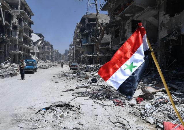 Bandeira síria no campo de refugiados palestiniano libertado de Yarmouk, no sul de Damasco, Síria (foto de arquivo)