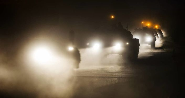 Militares da OTAN se preparam, de noite, para os exercícios militares Noble Jump 19