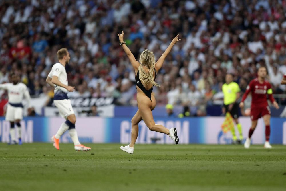 Modelo Kinsey Wolanski, que invadiu campo durante o jogo de futebol da final da Liga dos Campeões em Madri, Espanha