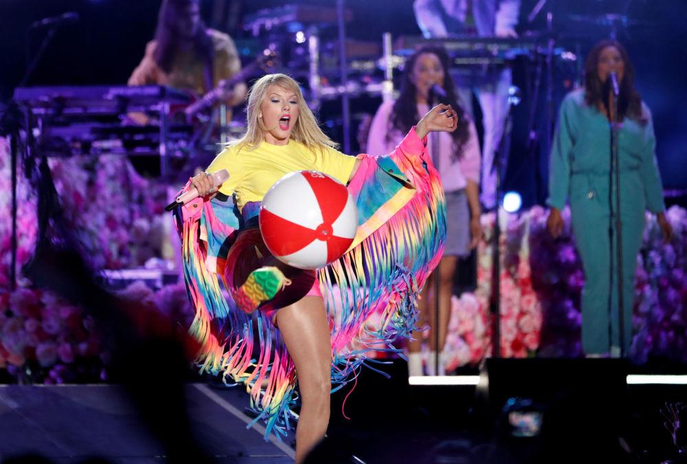 Taylor Swift se apresentando em show em Carson, Califórnia, EUA