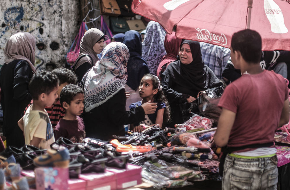 Palestinos no mercado antes do feriado de Eid al-Fitr na cidade de Gaza