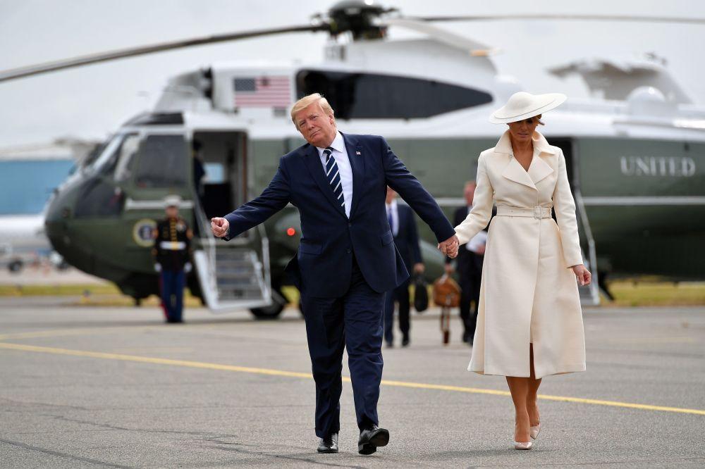 Presidente dos EUA, Donald Trump, e sua esposa, Melania, após comparecerem às comemorações do desembarque na Normandia, durante a Segunda Guerra Mundial