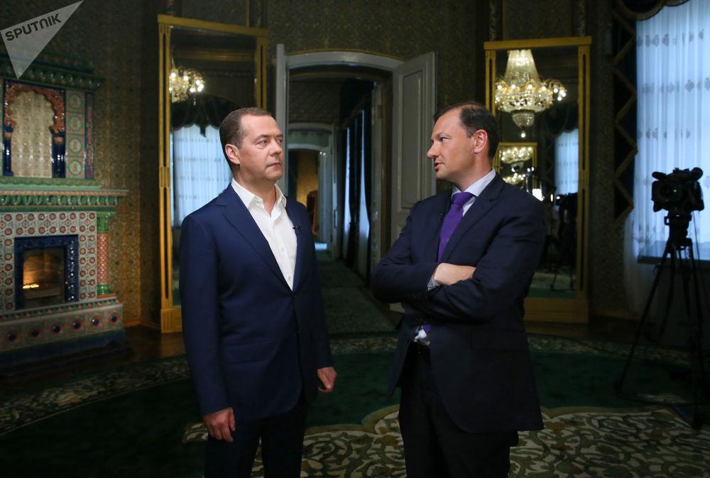 Primeiro-ministro russo Dmitry Medvedev concede entrevista ao canal russo de TV