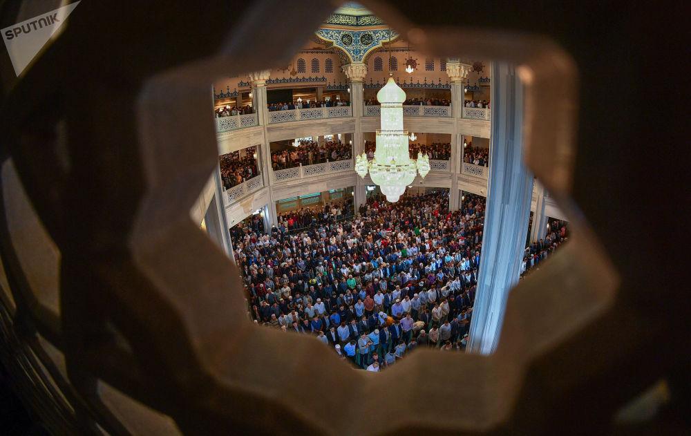 Muçulmanos na mesquita principal em Moscou, Rússia