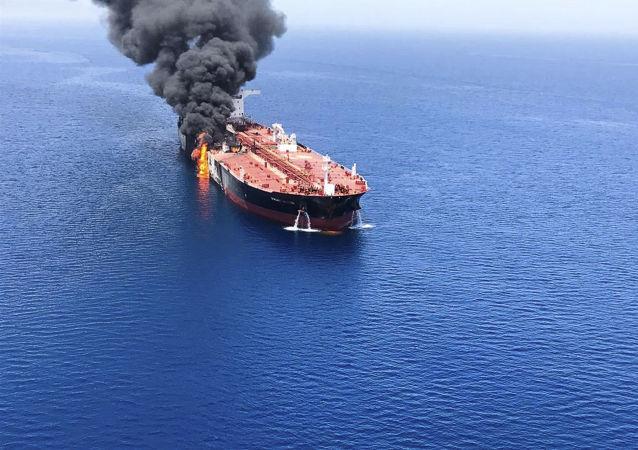 Chamas e fumaça de petroleiro atacado no golfo de Omã