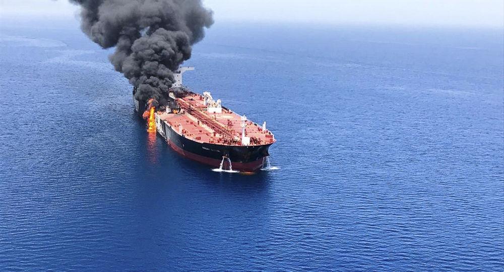 Chamas e fumaça de um petroleiro atacado no golfo de Omã (imagem referencial)