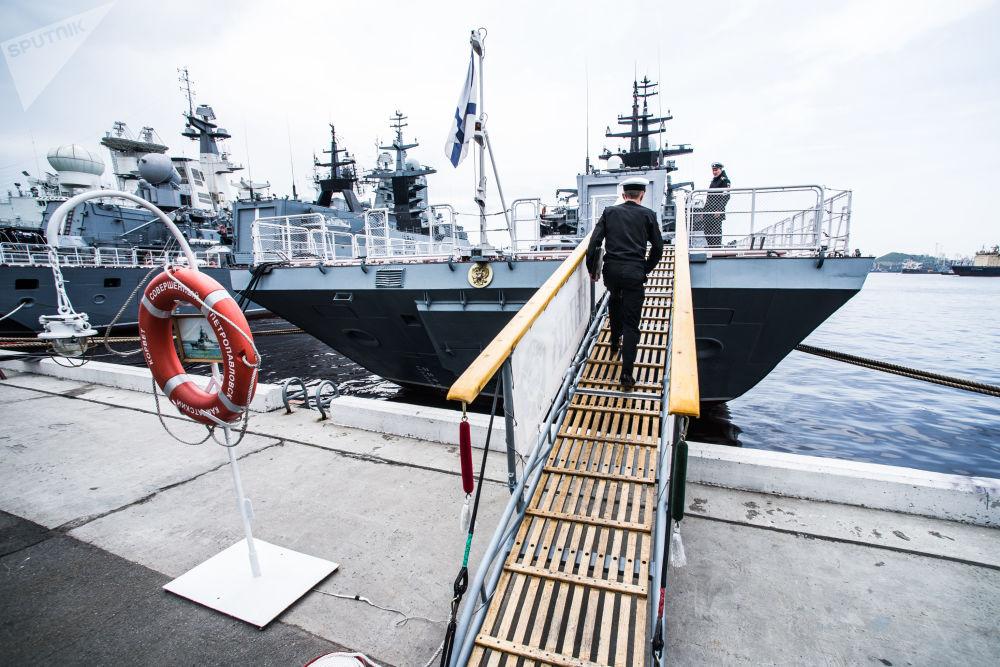 Corveta Sovershenny no porto da cidade russa de Vladivostok
