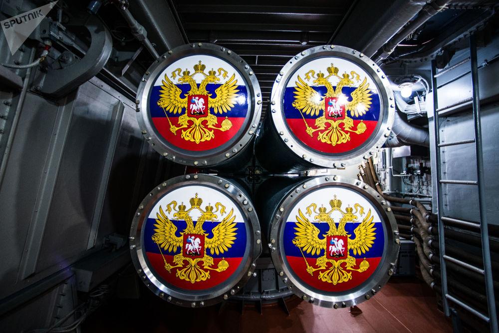 Tubos de torpedo do sistema antissubmarino Paket-NK instalado a bordo da corveta Sovershenny