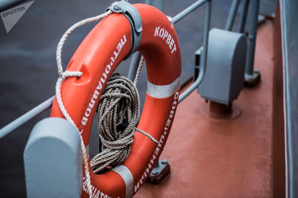 Boia salva-vidas no convés da corveta Sovershenny