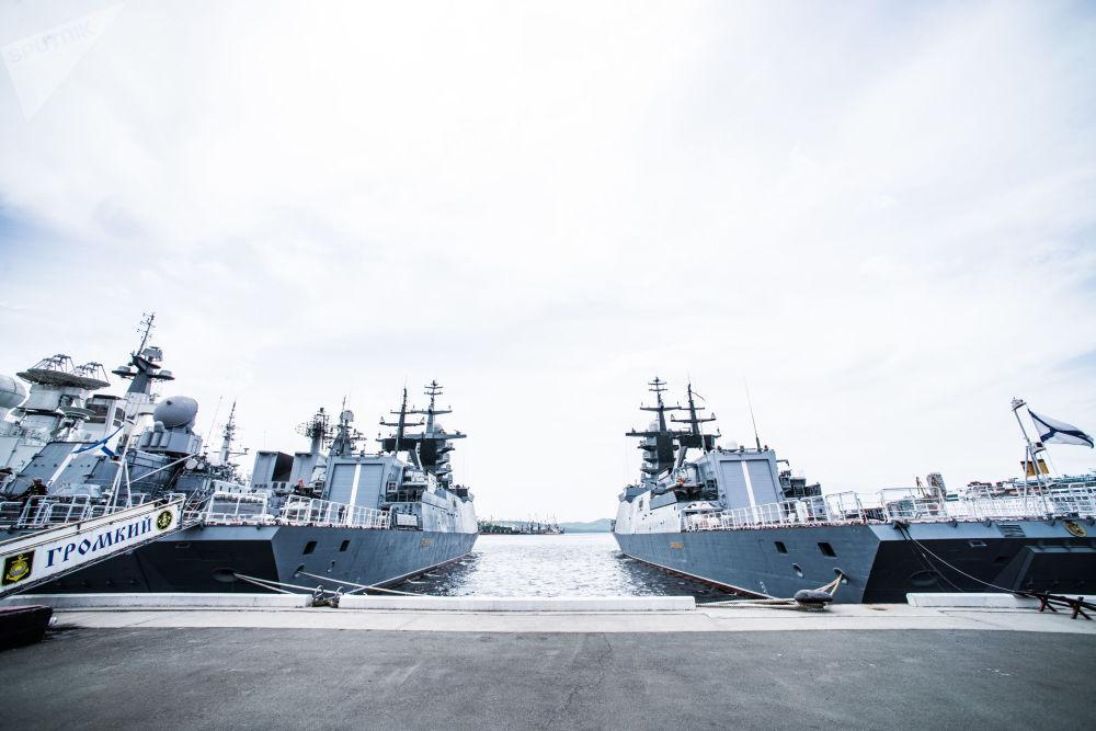 Corvetas Gromky e Sovershenny no porto da cidade russa de Vladivostok