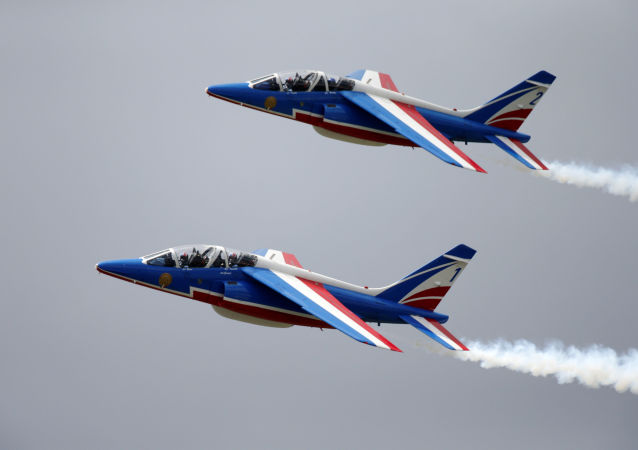 Grupo das Forças Armadas francesas Patrouille de France durante treinamentos na véspera do salão aeronáutico internacional de Le Bourget
