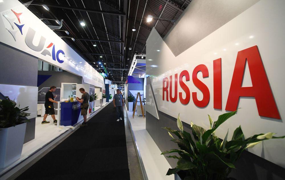 Pavilhão da Corporação Unida de Construção Aeronáutica (UAC) russa no salão aeronáutico internacional de Le Bourget