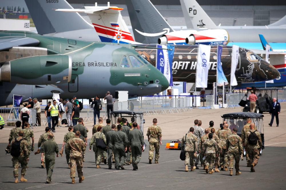 Solados passam por aviões no Aeroporto de Le Bourget, onde se realiza o Show Aéreo de Paris 2019