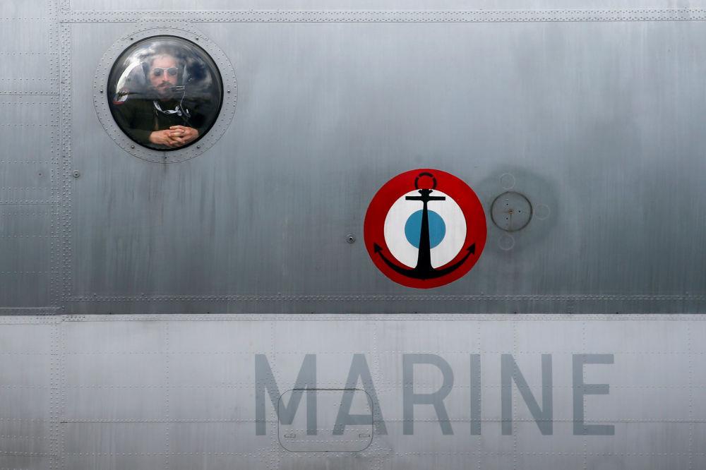 Tripulante da Marinha francesa visto da janela do avião Breguet Atlantic no Aeroporto de Le Bourget