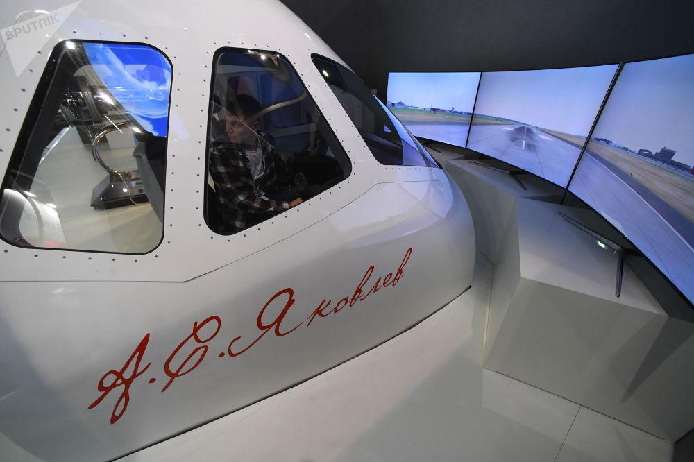 Simulador de voo de aeronaves MS-21 no Pavilhão da Corporação Unida de Construção Aeronáutica (UAC) russa no salão aeronáutico internacional de Le Bourget