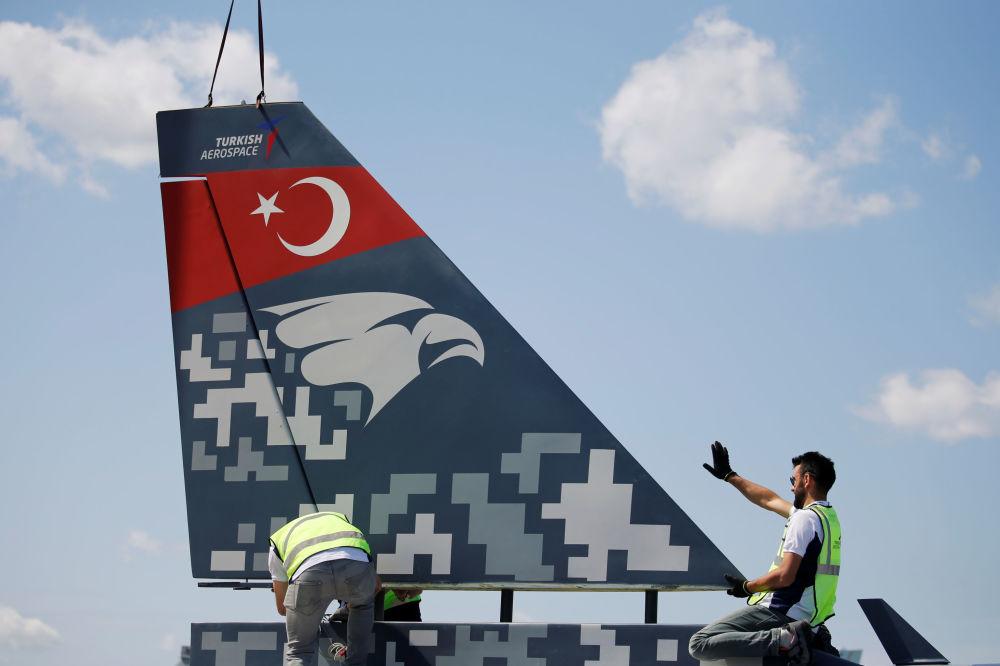 Trabalhadores fazem montagem de um caça turco na véspera do Show Aéreo de Paris 2019