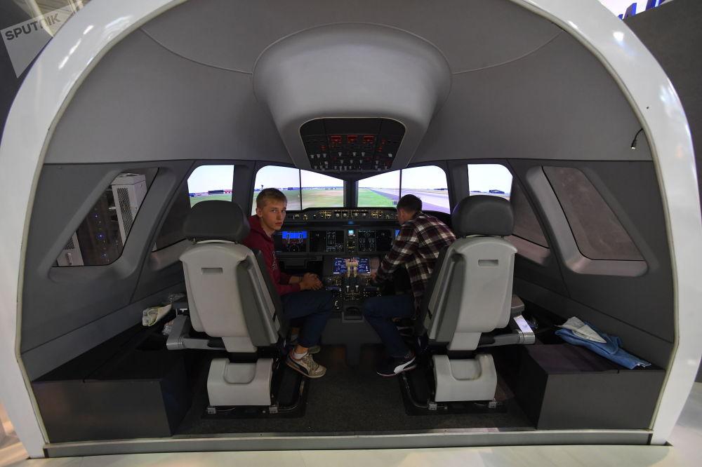 Simulador de voo de aeronaves MS-21 no Pavilhão da Corporação Unida de Construção Aeronáutica (UAC) russa