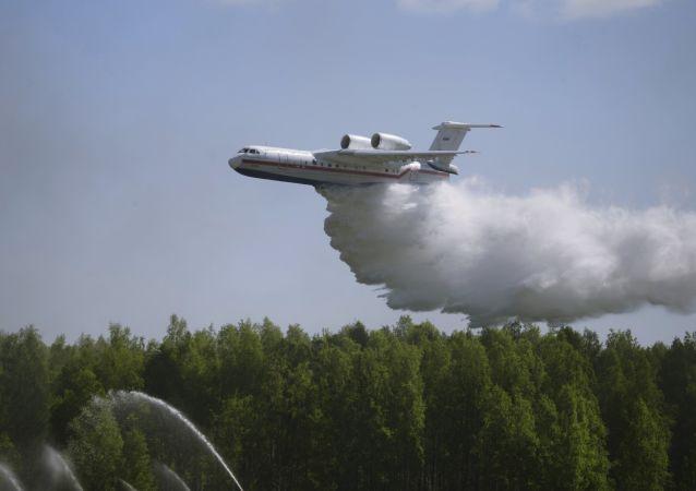 Avião russo do Ministério russo para Situações de Emergência Be-200 durante treinamentos