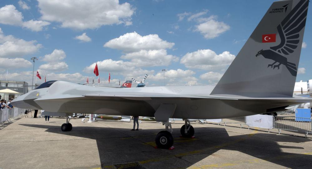 Maquete do caça turco de 5ª geração apresentada no Show Aéreo de Paris