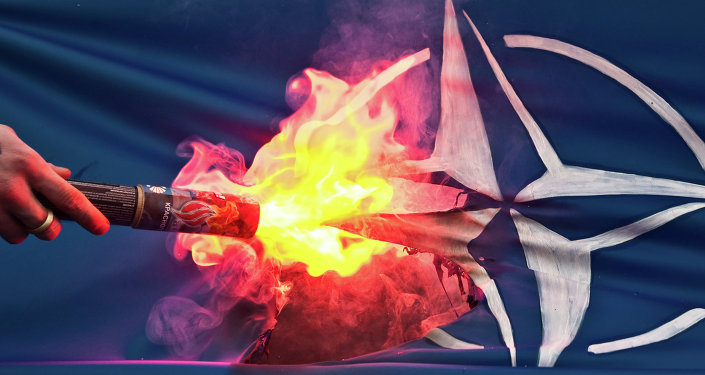 Bandeira da OTAN incendiada por manifestantes
